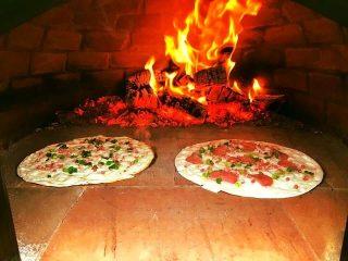 Ginbulli goes Pizza Bulli Unser Ginbulli-Team betreibt auch den alten VW T2 mit seinem original italienischen Holzofen. Freut euch auf knusprige Pizza und herrliche Flammkuchen. #bulliliebe #kreativ #catering #holzofen #bulli #pizza #pizzalover #flammkuchen #vanlife #freiheit #bulliontour #bulligo