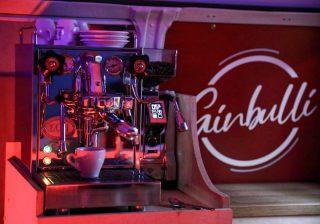 Der Ausbau geht weiter...neben Softdrinks, Bier und Longdrinks bieten wir euch auch besten Espresso und Cappuccino an...☺️ #barbulli #ausbau #handwerk #selfmade #espresso #cappuccino #kaffee #barista #ecmespresso #siebträger #event @ecmespresso