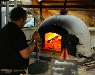 Unser Holzofen wird nur mit bestem Buchenholz befeuert. #mietmich #geburtstag #gutschein #hochzeit #idee #besonders #event #feuerundflamme